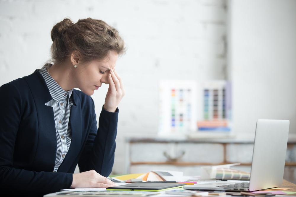 mujer autónomo pensando en cómo darse de baja como autónomo online